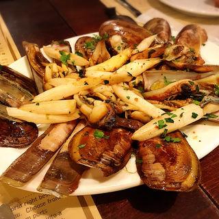 マテ貝とホワイトアスパラのガーリックソテー(ボガマリ・クチーナ・マリナーラ (Bogamari Cucina Marinara))