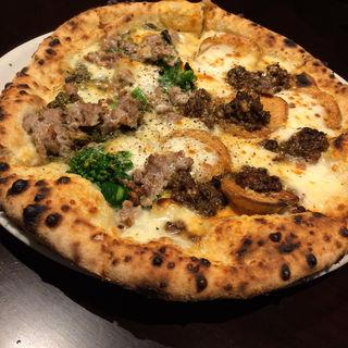 自家製レバーペースト、じゃがいもモッツァレラと群馬県産せせらぎポークのサルシッチャ、菜花、ピスタチオペースト、モッツァレラのハーフ&ハーフピザ(ピッツェリア・エ・バール・レガーメ (Pizzeria e bar LEGAME))