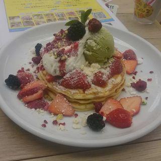 ピスタチオとフランボワーズのパンケーキ~Happy Whiteday~(Cafe Kaila 表参道店 (カフェ・カイラ))