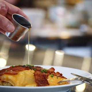 マカロニチーズパンケーキ+ベーコン(モーニング グラス コーヒー プラスカフェ)