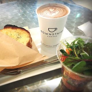 クロックムッシュ+サラダ+ラテ(ダウンステアーズコーヒー (DOWNSTAIRS COFFEE))