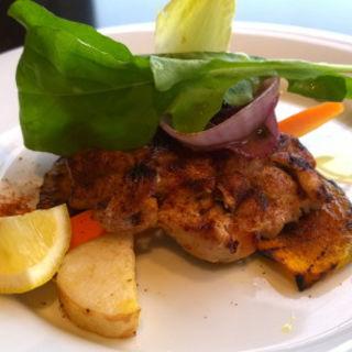 大山鶏もも肉と季節野菜添え ターメリック風味(エアターミナルグリル・キハチ)