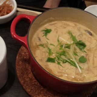 根菜としゃぶ豚のごま豆乳茶鍋(茶鍋カフェ kagurazaka saryo 渋谷マークシティ店 (サリョウ))