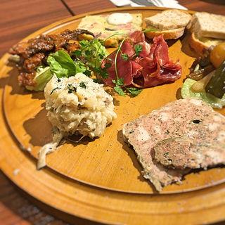 肉屋の前菜盛合わせ「ブッチャープレート」(ラ・ブーシェリー・エ・ヴァン 肉屋のワイン食堂 (La Boucherie et Vin))