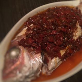 鯛の蒸し焼き マーラーソース(黒猫夜 六本木店 )