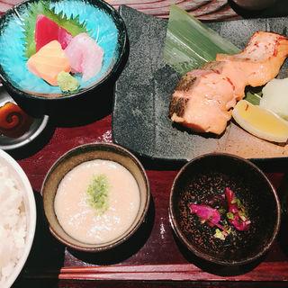 鮭の味噌幽庵炭火焼定食(産直青魚専門 渋谷 御厨 (みくりや))