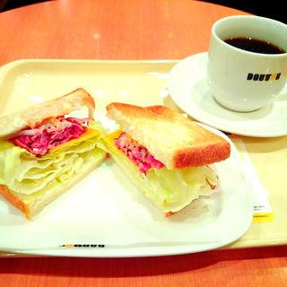 朝 カフェ B セット ビーフパストラミとチェダーチーズ(ドトールコーヒーショップ 地下鉄博多駅博多口店)
