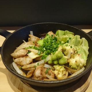 ぷりっぷりホルモンと野菜のグリル(肉バル ノダニク)