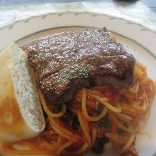 牛肉ステーキときのこのトマトソーススパゲッティ(トラットリア コン アマーレ (trattoria con amare))