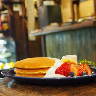 季節のフルーツ&生クリームのパンケーキ(juen (長屋カフェ))