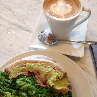 ローストビーフとワカモレのサンドイッチ(CAFE DE NATURE)
