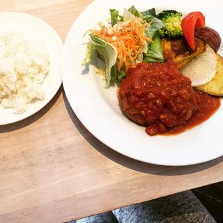 トマト煮込み豆腐入りハンバーグと季節の焼き野菜(コッカ食堂 )