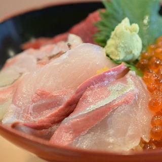 まぐろ・白身・いくら丼(寿司 鮪家(つなや))