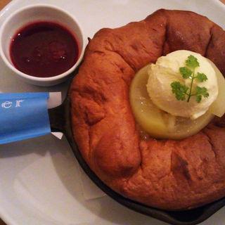 白桃とラズベリーソース、バニラアイスのスフレパンケーキ(Butter 茶屋町 (バター))