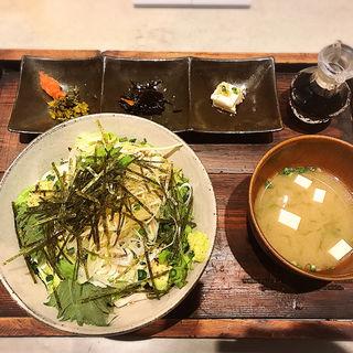 炙りアボカドとマグロのどんぶり(コーデュロイカフェ KITTE博多店)