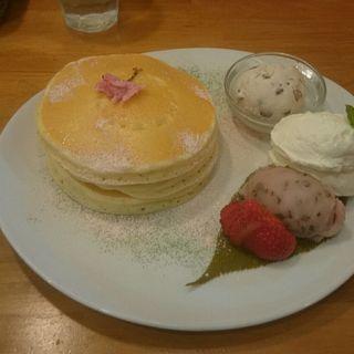 桜と塩生クリームのパンケーキ(パンケーキママカフェ VoiVoi (ヴォイヴォイ))