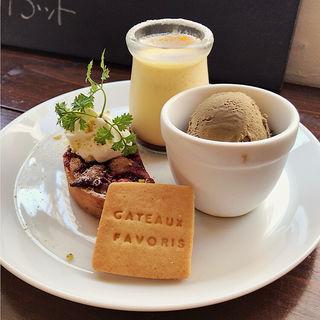 お茶とお菓子のセット(ガトー・ファヴォリ )