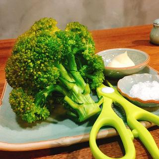 丸ごとブロッコリー(朝めし酒場ナニコレ食堂)