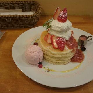 苺と塩生クリームのパンケーキ(パンケーキママカフェ VoiVoi (ヴォイヴォイ))