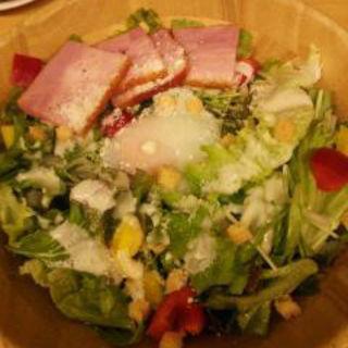 厚切りベーコンのシーザーサラダ(ろく六)