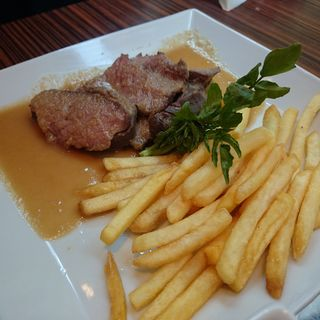 牛もも肉のステーキプレート(メゾンカイザーカフェ 丸の内店 (Maison Kayser Café))