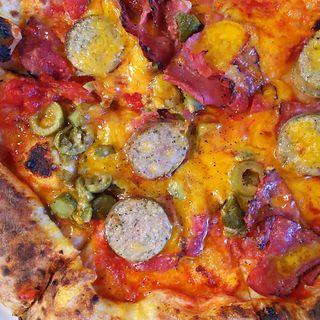 鎌倉富岡商会のベーコン、ペパロニ、グリーンオリーブ、パラペーニョのピザ(ガーデンハウスレストラン)