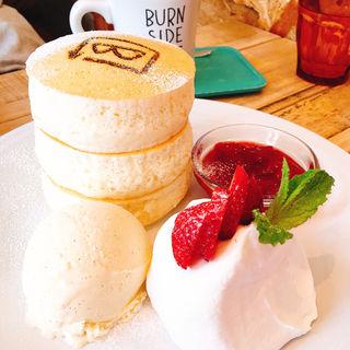 国産フルーツのホワイトスフレパンケーキ(BURN SIDE ST CAFE)