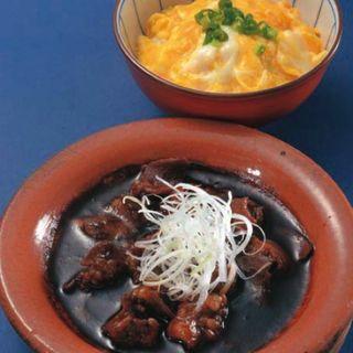 名物 小ぶりなオムライスとモツ煮の合盛り(焼鳥スエヒロガリ )