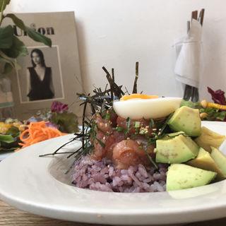 マグロの中落ちとアボカドの漬け丼 半熟卵添え(メゾン イー (Maison YWE))