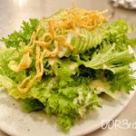 山葵菜とアボカドのシーザーサラダ