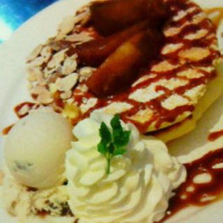 焼きりんごのキャラメルパンケーキ+ラムレーズンアイス(レインボーパンケーキ (RAINBOW PANCAKE))