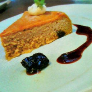 酒の花のチーズケーキ ドライフルーツと赤ワインのソース添え(カフェ 火裏蓮花 (カリレンゲ))