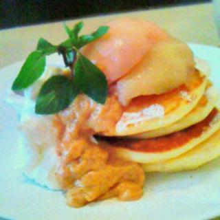 自家製桃のコンポートとキャラメルカスタードのパンケーキ(ウズナ オムオム (uzna omom))
