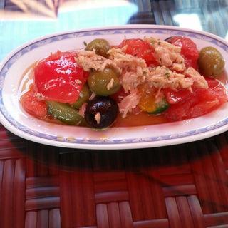 ツナとトマト、キュウリ、オリーブのマリネ