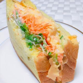 ダブルエッグのパンプキンブレッドサンドイッチ(ミアズ ブレッド (MIA'S BREAD))