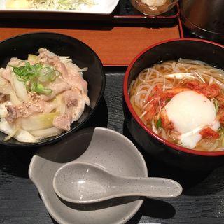 豚丼と冷麺(素材屋 大手町ビル店 (ソザイヤ))