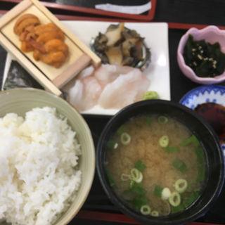 ウニ、煮アワビ、白身刺身の3点盛り定食(徳田屋食堂 )