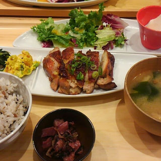 鶏肉の黒ごま七味焼き定食(おぼんdeごはん KITTE博多店 (オボンデゴハン))