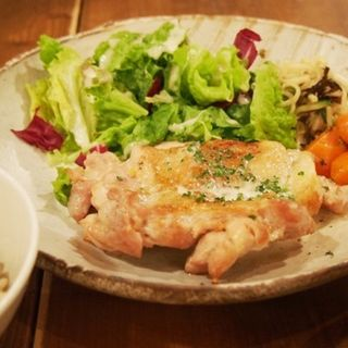 玄米とブルーチーズソースのグリルチキン(燕食堂 (ツバメショクドウ))