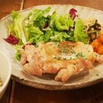 玄米とブルーチーズソースのグリルチキン