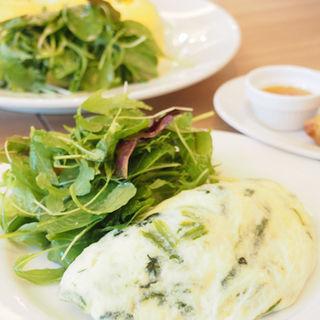 スピナッチとゴートチーズのオムレツ(サラベス 東京店 )