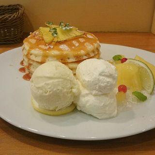 パインとキャラメルのパンケーキ(パンケーキママカフェ VoiVoi (ヴォイヴォイ))