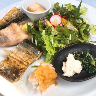 焼魚3種盛り(サバ、ホッケ、サンマ)(ティー・シゼン (t.shizen))