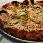 腰越茂左衛門丸直送・湘南釜揚げしらすと葉葱焦がしバターのピザ