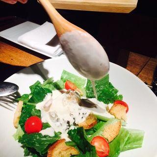 半熟卵とチキンジュレのHOTシーザーサラダ(ビストロ ヴァンブリュレ 表参道 (Vin Brule))