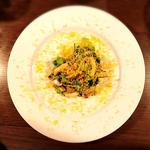 ブラウンマッシュルームとパクチーとミモレットチーズのサラダ
