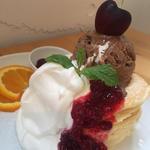 チェリーとクランベリーのチョコレートアイスのせパンケーキ