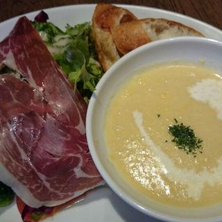 海老とサラダ&コーンスープ(カフェ&ブックス ビブリオテーク 東京・有楽町 (café & books bibliotheque))
