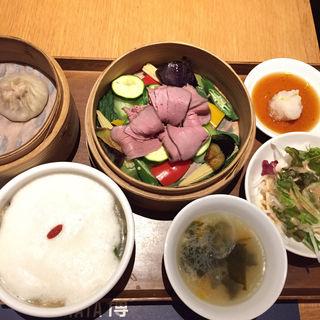 野菜とローストビーフのせいろ蒸し・冷製お粥のセット(龍福小籠堂 NU茶屋町店 (NU chayamachi))