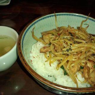 おまかせ丼スープ付き(若鶏の黒胡椒オイスター炒め)(昔懐曲 くらしっく )